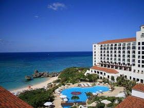 家族と冬休みに沖縄に行って、アクティビティーを楽しみたいです。二泊三日、一人一泊5千円以下で泊まれる宿を教えてください。