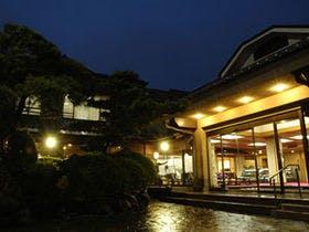 妻、妻の両親と、熱海で冬に1泊2日で温泉にはいって美味しい食事を、一人1泊1万5千以下で泊まれる宿を教えてください。
