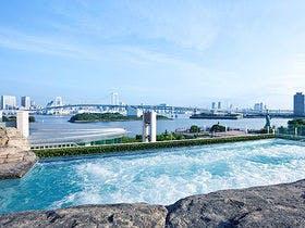 彼女の誕生日にホテルを探しています。東京で朝食付き一人1万円前後でちょっとした高級感が楽しめるホテルを教えてください。