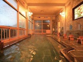 東京から親戚4人で福岡に旅行に行きたいのですが温泉泉質がよくて個室部屋食、4月末で一泊一人5000円程度で考えています。