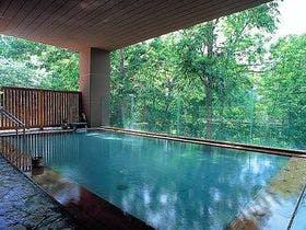 秋の北海道、ニセコ温泉のおすすめの宿は?お風呂の評価が高いものを探してます。