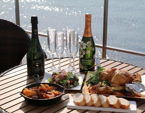 ウッドデッキでお食事 写真提供:一休.com