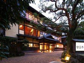 週末、一人で癒されたいので城崎温泉で一人一泊1万円以下の宿を教えてください
