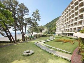 夏に3歳の子供と夫婦で家族旅行をします。伊豆で海と温泉が楽しめる2万円以下の宿を教えてください。