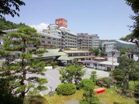 山形県内で家族でゆっくり食事ができる温泉を教えてください。予算は一人2万円で1泊の予定です。