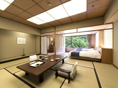窓からの景色も贅沢な空間の客室