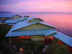 60代の夫婦です。ズワイガニを食べに今年の冬、加賀温泉郷に行く予定です。最近の温泉旅館はとにかく食事の量が多く食べきれません。量ではなく質を重視している旅館を教えてください。予算は一人一泊35,000円以下でお願いします。