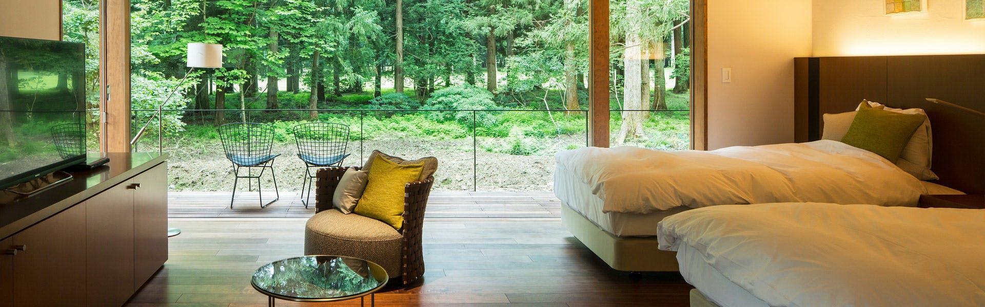 木々を望むベッドルームで爽やかな目覚めを