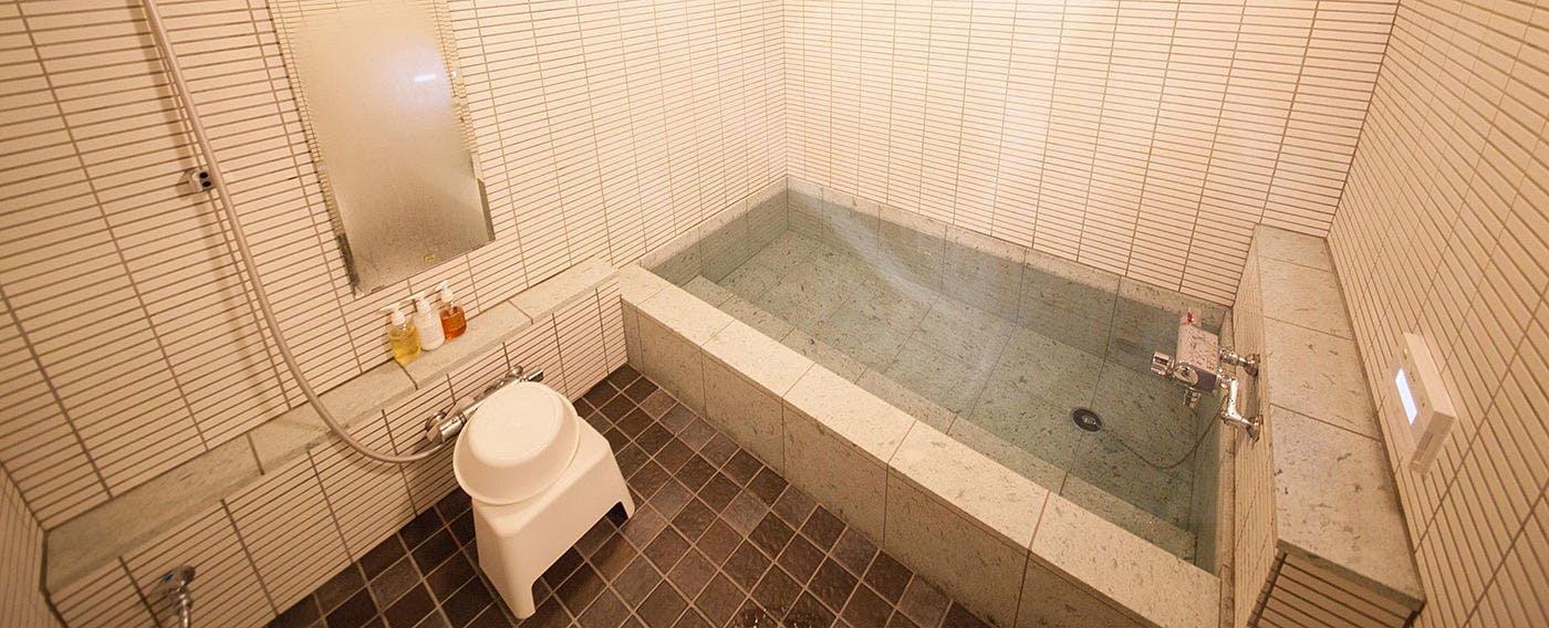 蔵を改装した浴室で疲れた体を癒す